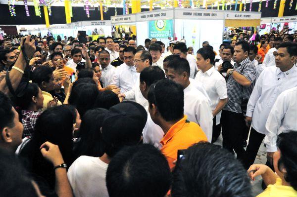 Aquino cites risks of legislative wage hike, rejects P125 proposal