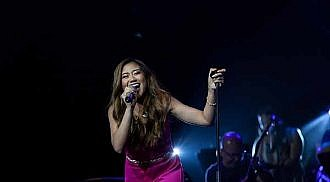 Morissette brings down the stage with her phenomenal performance!